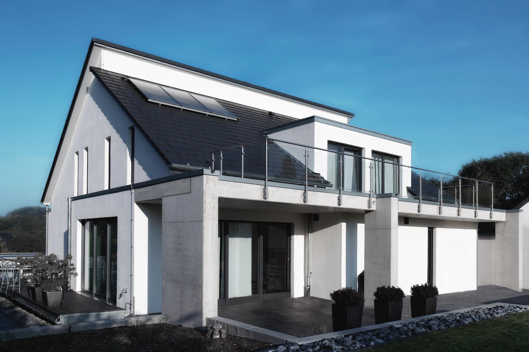 Foto: Gartenseite, Terrasse / Balkon als aufgeständerte Betonkonstruktion
